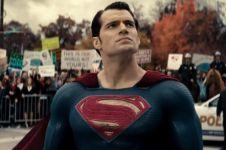 Transformasi kostum Superman, kini celana dalamnya sudah tak di luar!