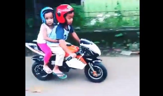 Anak kecil ini bonceng cewek pakai motor sport, duh jomblo pasti iri!