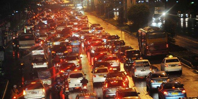 Bule ini jelaskan penyebab macet Jakarta,  kira-kira apa ya?