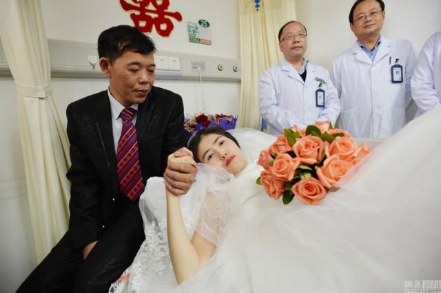 Kisah menyentuh, pria lamar pasangannya yang terbaring di rumah sakit