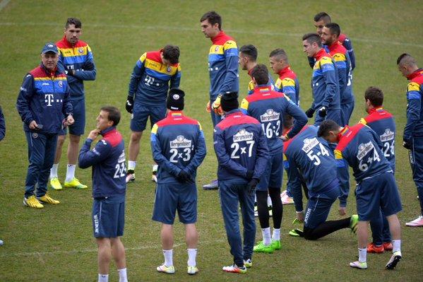 Seragam tim sepak bola Rumania ini bikin anak cinta matematika, wow!