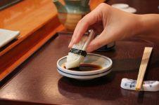8 Larangan yang harus wajib kamu patuhi saat makan sushi, serius nih!