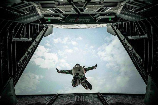 Dua prajurit Paskhas gugur saat terjun payung gladi bersih HUT TNI AU