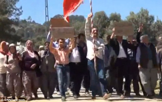 Tak tahan hidup sendiri, puluhan pria jomblo ini demo pemerintah