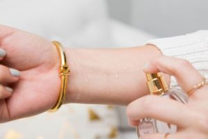 11 Cara umum pakai parfum ini ternyata salah! Bikin wanginya hilang!