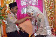 Unik banget, pasangan sejoli ini menikah pakai seragam Pramuka