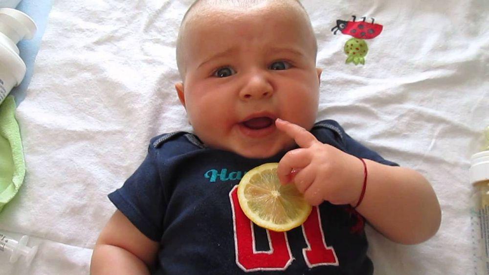 bayi makan lemon  © 2016 brilio.net