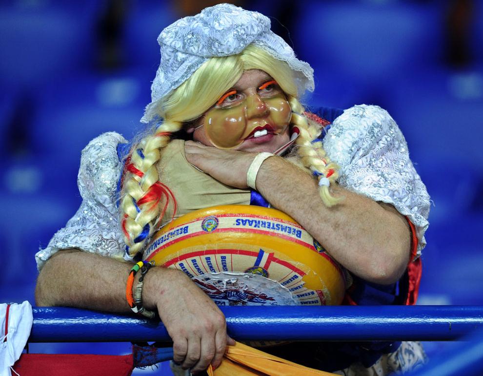 10 Aksi gila suporter sepak bola ini bikin geleng-geleng kepala!
