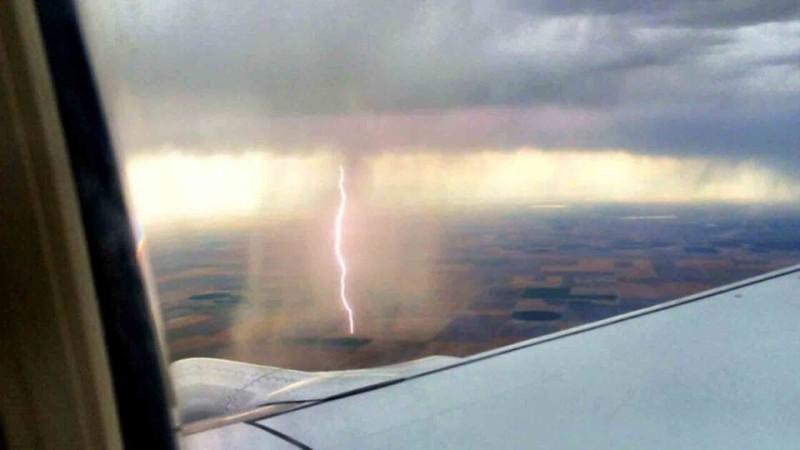 Jarang-jarang bisa lihat, 5 foto hujan dari dalam pesawat terbang
