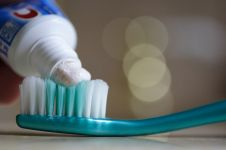Kenali bahaya 4 bahan yang biasanya ada di pasta gigi ini