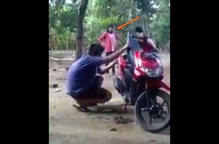 Gaya ibu marahi anaknya yang bongkar motor baru ini bikin geli sendiri