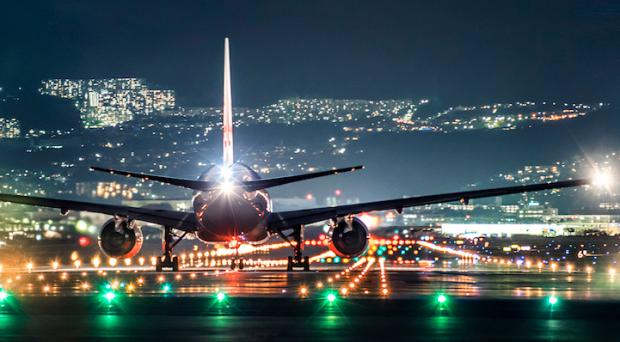 15 Foto pesawat berada di landasan pacu saat malam hari, mengagumkan!