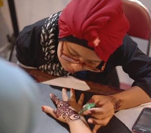 Ney terus berkarya jadi henna artist meski dengan satu tangan, salut!