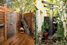 17 Cara asyik nikmati sensasi mandi di taman rumah, awas diintip!