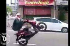 Atraksi motor pria berjubah ini bikin geleng-geleng kepala!