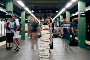 Pemuda ini buang koleksi ratusan bukunya di tempat umum, kenapa ya?