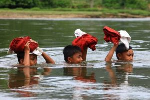 17 Foto hebatnya anak Indonesia bersekolah, miris tapi juga bikin haru