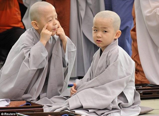 15 Tingkah biksu cilik ini bikin kamu kangen film Boboho, imut abis!