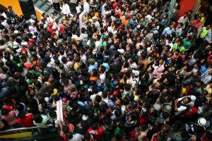 10 Foto kerumunan & orang antre, dunia makin sesak!