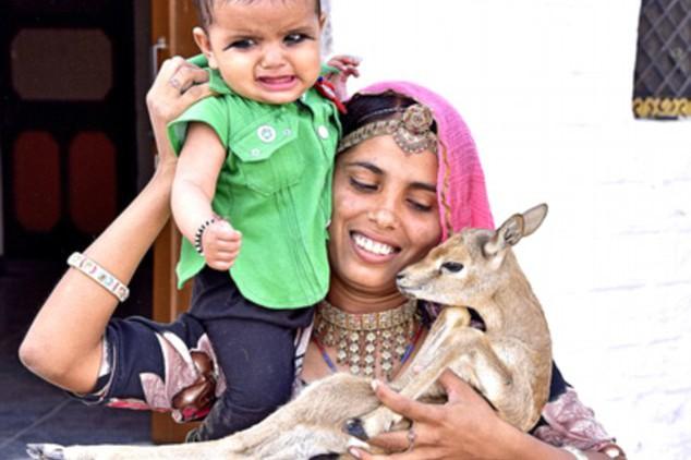 Nggak cuma bayinya, ibu-ibu di India ini juga menyusui bayi rusa