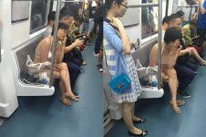 Wanita China ini naik kereta hanya pakai 'daleman'