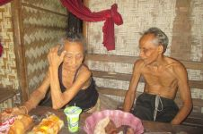 Kehidupan dua orang lansia buta ini bikin menitikkan air mata