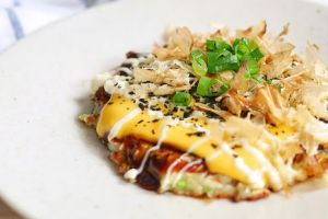 Suka masakan Jepang? Kamu harus coba bikin sendiri okonomiyaki ini!
