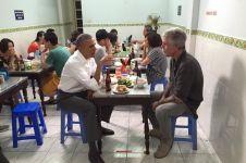 Bukti kesederhanaan, Obama makan mi di warung pakai kursi plastik