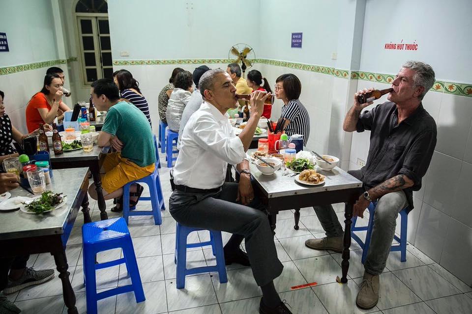 obama makan mie di warung pakai kursi plastik © 2016 brilio.net
