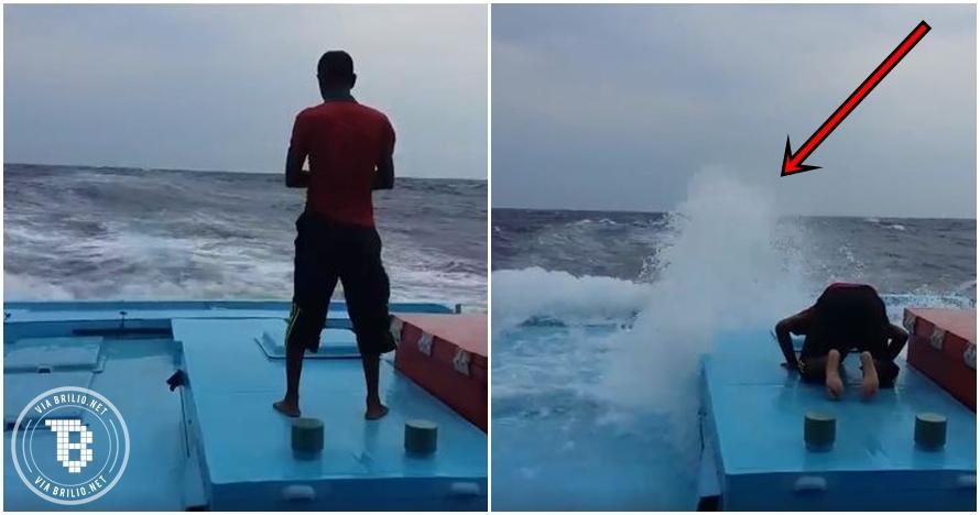 Kapal diterjang badai, pria ini tetap mengerjakan salat di dek kapal