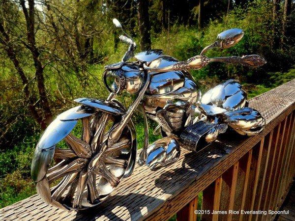 Seniman ini sulap sendok bengkok jadi replika sepeda motor, wow!