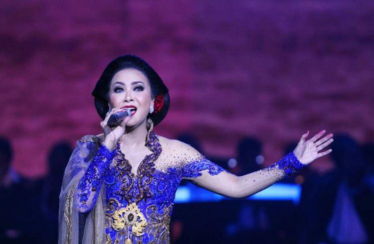 Apa kabar Sundari Soekotjo, penyanyi  legendaris yang memesona?