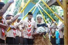 Pasangan ini menikah dengan berseragam dan dikawal pasukan Pramuka