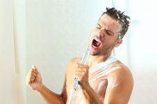 Ini 5 manfaat bernyanyi di dalam kamar mandi yang wajib kamu tahu