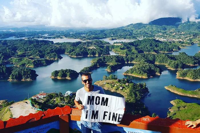"""Pria ini selalu bawa tulisan """"Mom, I'm fine"""" di tiap foto travelingnya"""