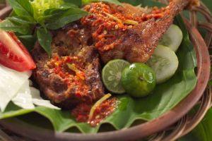 Ayam penyet khas Surabaya, menu buka puasa bisa kamu bikin sendiri!