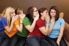 8 Tanda kalau hubunganmu dan pacar bikin iri orang di sekitarmu, upss!