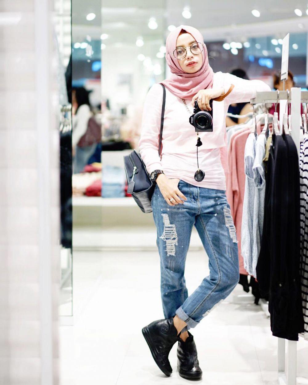 12 Mix And Match Ripped Jeans Buat Kamu Yang Berhijab Hits Abis