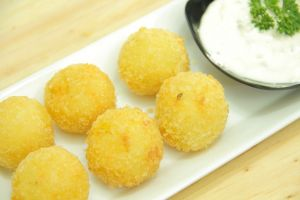 Cheesy Croquette Balls with Tartar Sauce, camilan sehat dari kentang