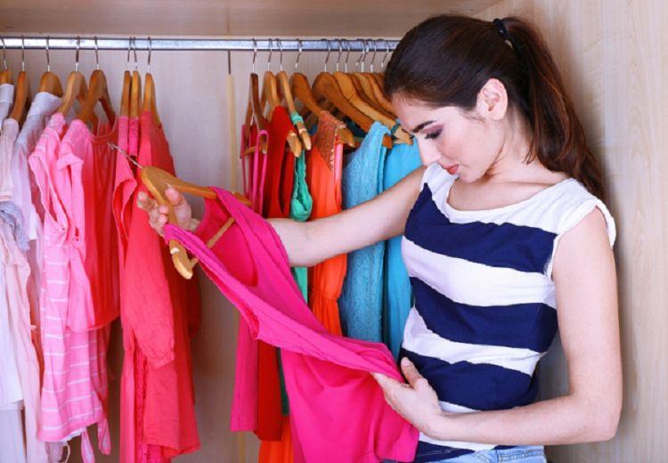 Mengapa cewek suka lama saat memilih baju? Ini jawabannya..