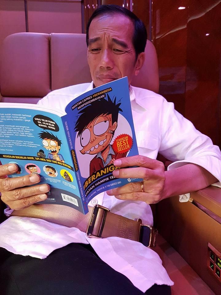 Jokowi baca komik © 2016 brilio.net
