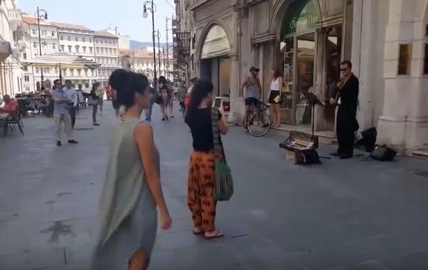 Seorang ayah meminta anaknya yang pemalu menari, aksinya bikin kagum!