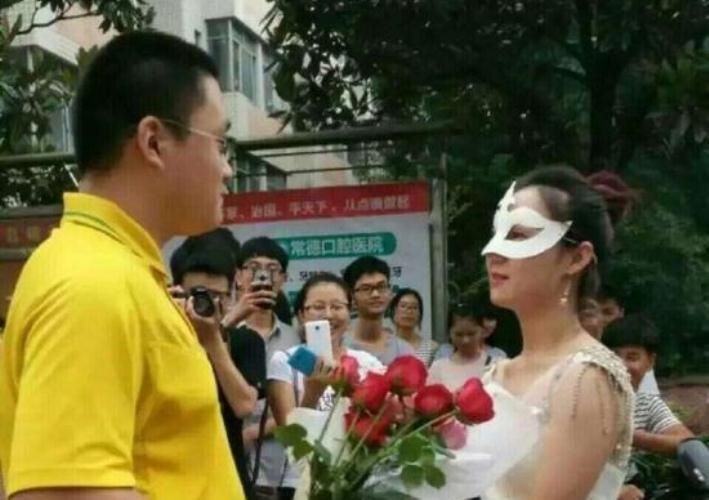 Pakai gaun pengantin di kampus, profesor ini lamar mahasiswanya