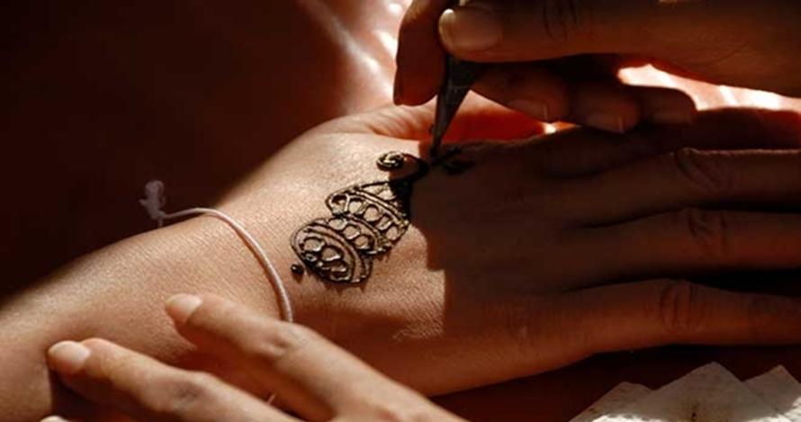Hati-hati ini bahaya tato temporer bagi kesehatan kulit.