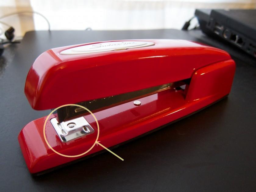 Ini fungsi pelat logam kecil bagian bawah stapler, jadi tahu kan?