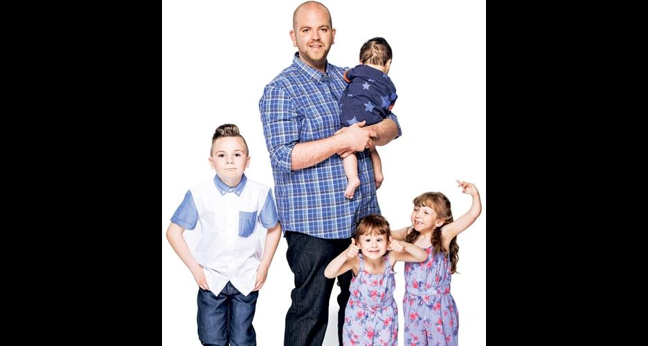 Pria muda & lajang ini pilih jadi ayah dari 4 anak berkebutuhan khusus