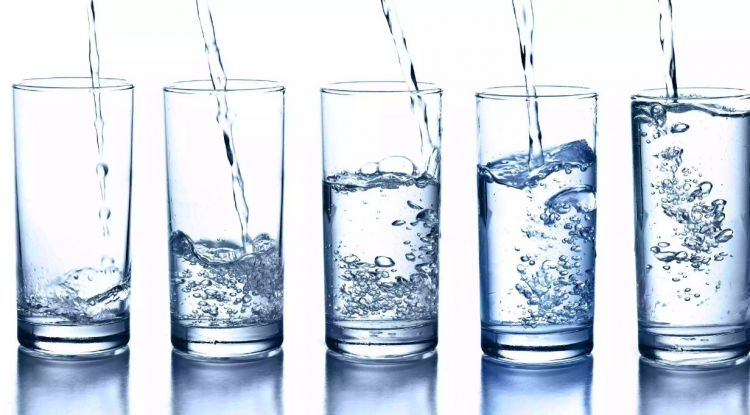 Minum air putih banyak katanya bisa bikin kurus, mitos atau fakta sih?