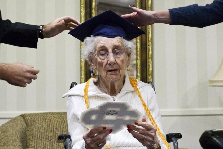 Nenek ini dapat ijazah SMA saat usia 97 tahun, alasannya bikin terharu