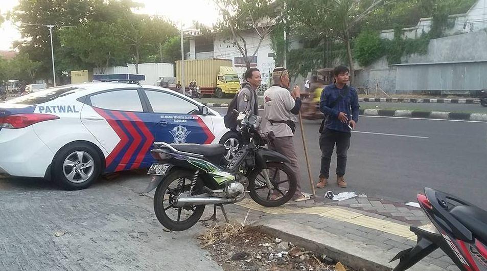 Kakek ini sendirian & cuma bawa tongkat usir balap liar di Semarang