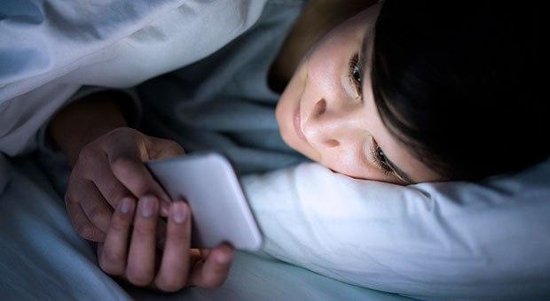 Bermain handphone di ruangan gelap bisa bikin kamu buta, ngeri!